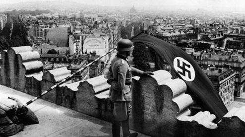 BANDERA NAZI EN EL ARCO DEL TRIUNFO