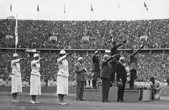 BERLIN 1936 - ATLETAS RECIBIENDO MEDALLA