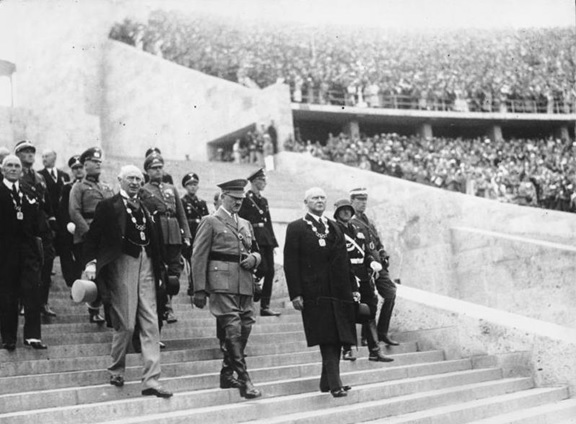 BERLIN 1936 - HITLER BAJANDO ESCALONES DEL ESTADIO